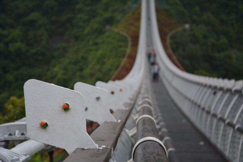 新營運的山川琉璃橋,在百步蛇圖騰上鑲嵌琉璃珠。(資料取自屏東縣政府)