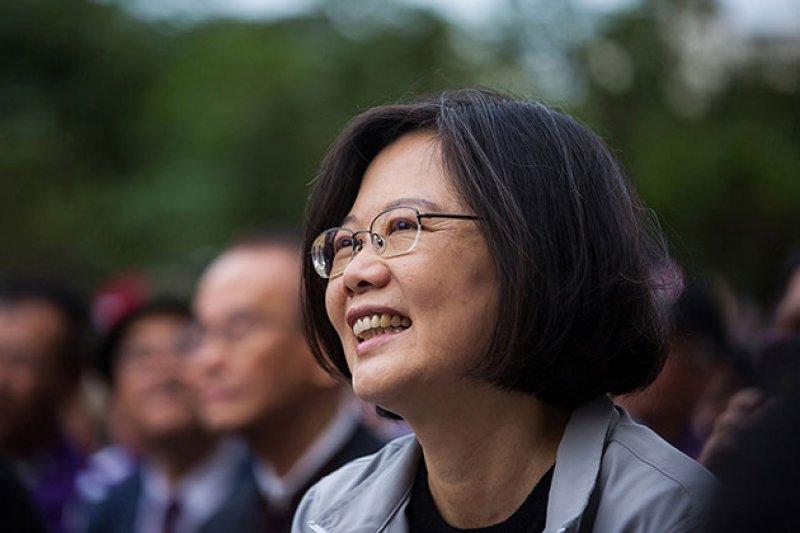 總統當選人蔡英文(右)在由讀者票選的《時代雜誌百人排行榜》中名列19,大勝第82名的中共領導人習近平、第124名的亞投行行長金立群、第126名的全球華人首富王健林。(取自《Times》網站)
