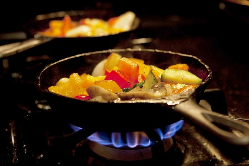 越來越多民眾喜歡在家自己料理,但是切記一定要選對鍋具!(圖/seoulfully@flickr)