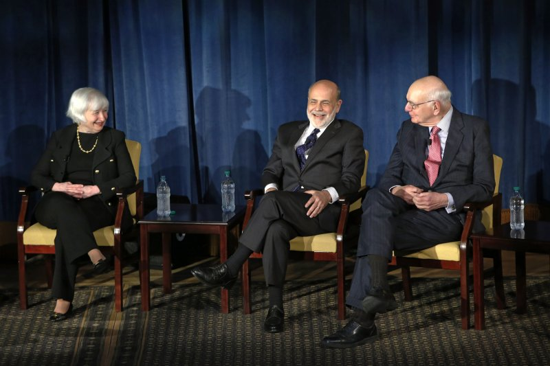 美國聯邦準備理事會(Fed)現任主席葉倫(左)與前任主席柏南克(中)、伏克(美聯社)