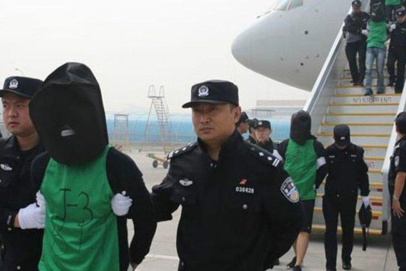 中國押解肯亞電信詐騙集團成員返回北京。(BBC中文網)