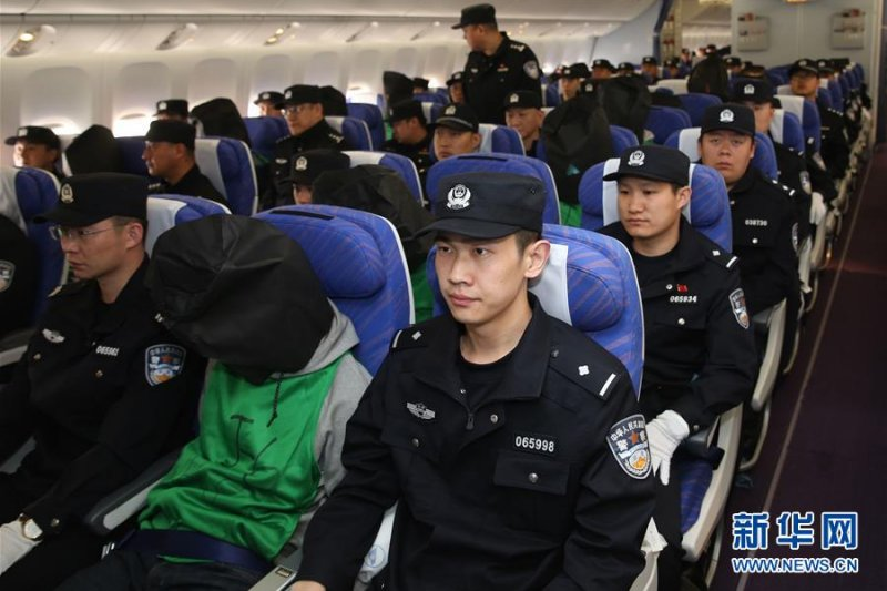 去年在菲國涉嫌電信詐騙案的7台籍嫌犯,上午由14名菲國移民局幹員搭機帶往北京。圖為日前電信詐騙犯罪嫌疑人從肯亞被包機押解回中國,非關當事人。(資料照,新華社)