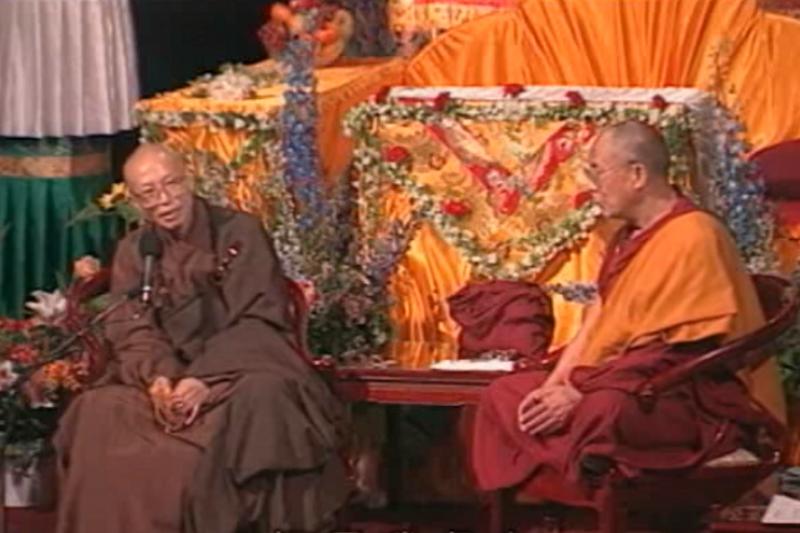 一九九八年五月聖嚴法師與達賴喇嘛進行一場跨世紀的「漢藏佛教大對談」,將漢傳佛教推上國際舞臺。(youtube截圖)