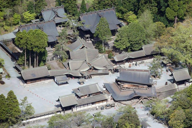 熊本縣阿蘇市的「阿蘇神社」,16日淩晨的地震造成被指定為國家級重要文物的「樓門」與拜殿崩塌。(美聯社)