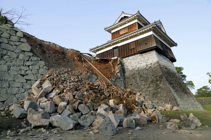 位於熊本市中央區的「熊本城」也難逃一劫,石牆在14日地震中坍塌(美聯社)