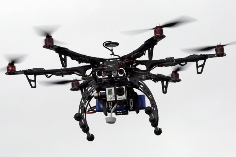 一架小小的無人機,就能對昂貴、精密的飛機帶來莫大損害。再不制定相關規範,不可挽回的災難遲早會發生...(美聯社)