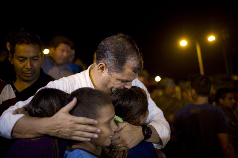 2016年4月16日,厄瓜多大地震,柯雷亞總統慰問災區兒童(美聯社)