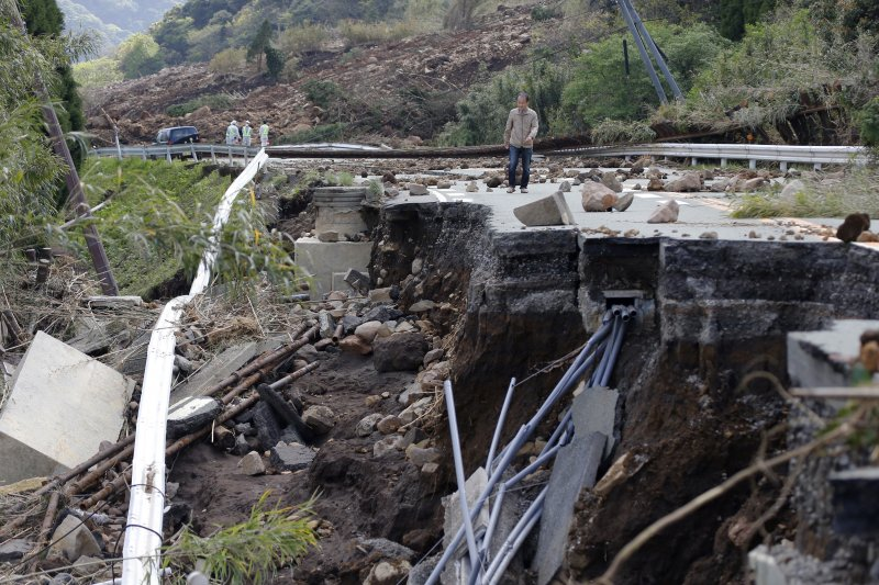 熊本縣山區的道路在強震摧殘之下柔腸寸斷,民眾只能冒險勉強通行。(美聯社)