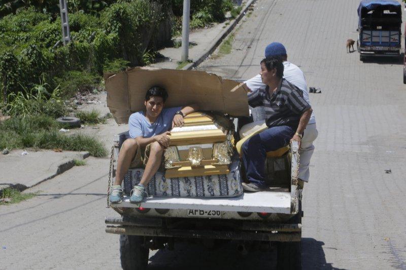 厄瓜多大地震,災民運送棺木(美聯社)