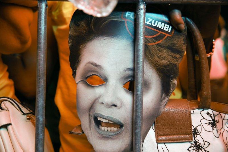 巴西總統羅賽芙面臨彈劾,反羅賽芙民眾在國會外聲援反對陣營。(美聯社)