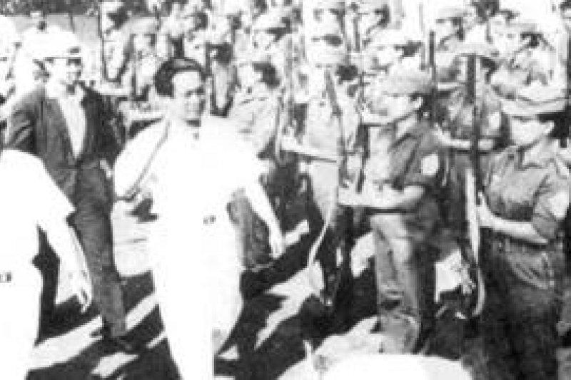 印尼共主席艾地(左二)在「九三零」大屠殺前檢閱印共軍隊。(BBC中文網)