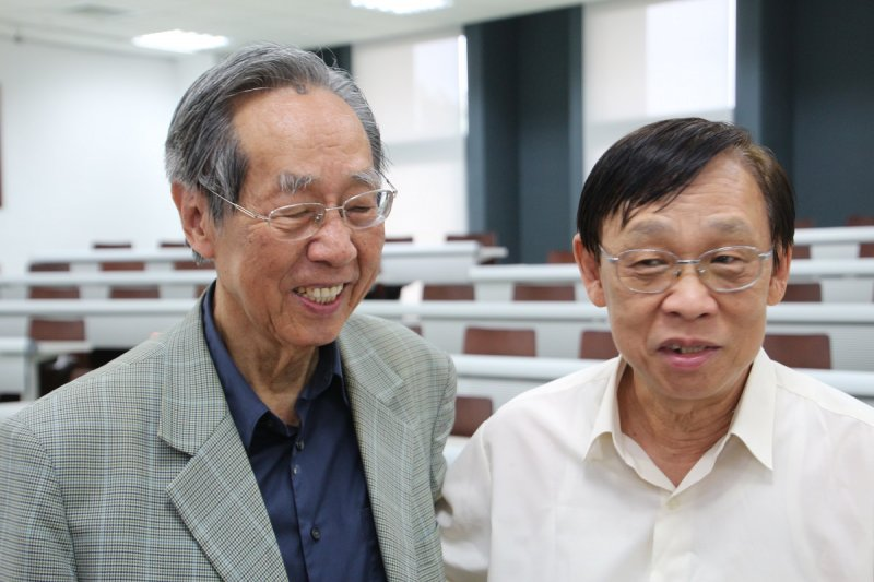 文化部舉辦第9屆金漫獎入圍名單正式出爐,為表揚「白色王子」作者蔡焜霖(左)對台灣漫畫界的貢獻,頒發「特別貢獻獎」紀念其成就。(資料照,國家人權博物館籌備處提供)