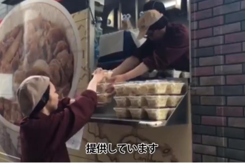 日本吉野家在熊本縣災區免費發放牛丼。(翻攝Youtube)