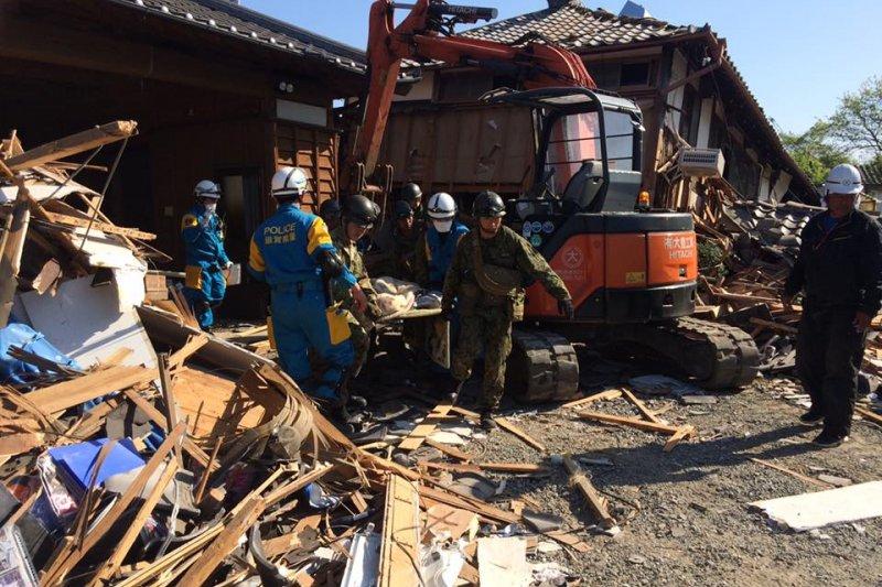 熊本地震造成嚴重災情,日本首現安倍晉三表示最受台灣老友慰問激勵。(取自安倍晉三臉書)