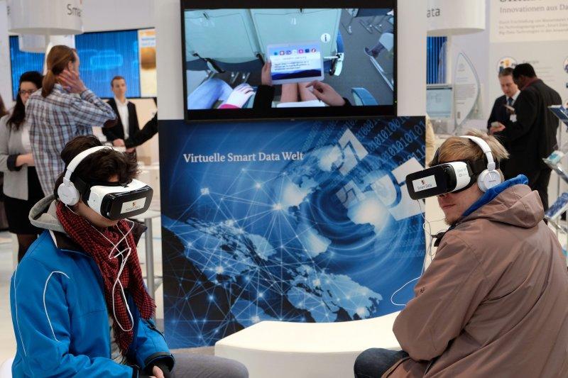 遊客在德國漢諾威通信和資訊技術博覽會上體驗3D虛擬實境設備(新華社)