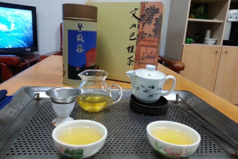 台灣有不少人也喜歡泡茶,也有人習慣在飯後泡一壺茶解膩。(取自新北市警察局網站)