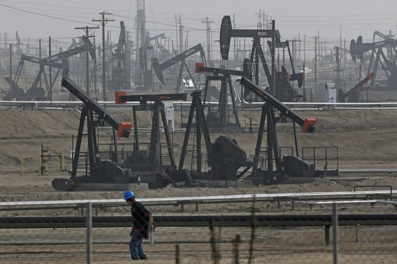 OPEC減產、油價揚。(美聯社)