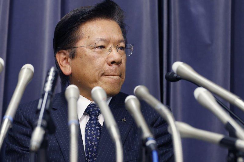 日本三菱汽車爆出油耗測試醜聞,社長相川哲郎在記者會上致歉(美聯社)