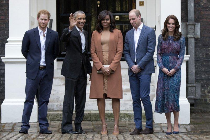 歐巴馬總統伉儷與英國王室成員合影。(美聯社)