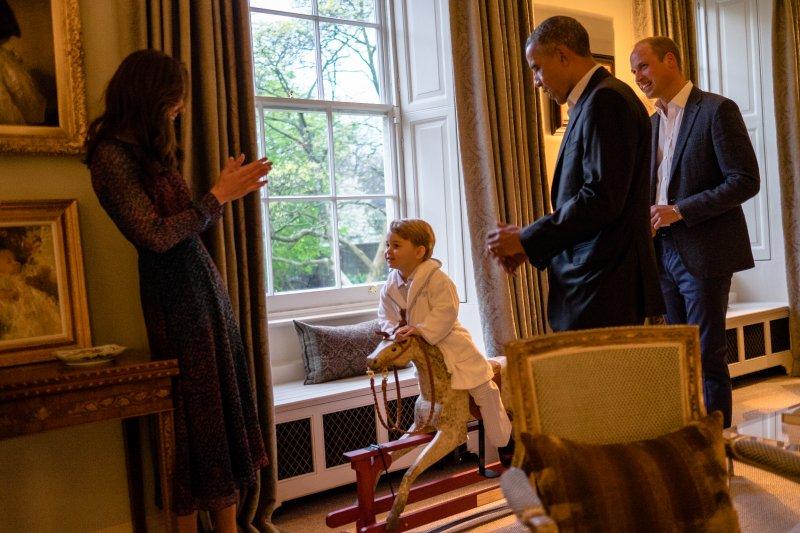 即便美國總統來訪,喬治小王子仍是眾人焦點。(美聯社)