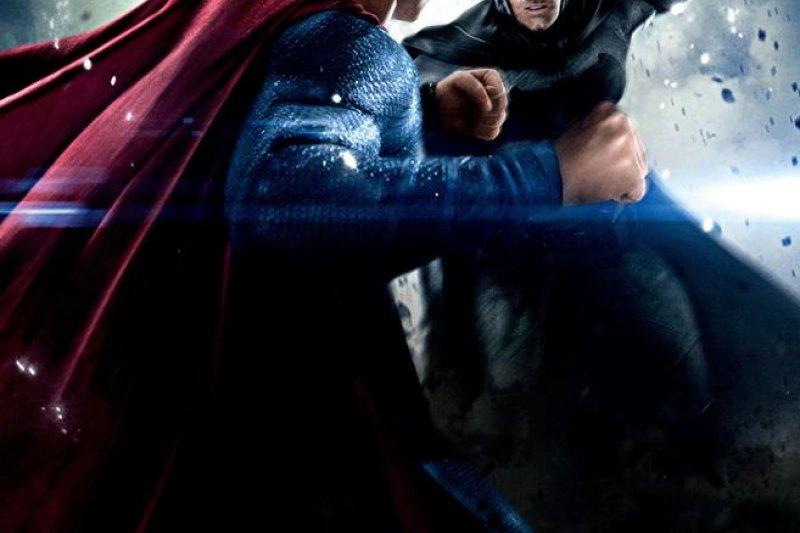 《蝙蝠俠對超人—正義曙光》,首度將蝙蝠俠、超人、神力女超人「三巨頭」合體,「多多益善」的勝利方程式卻失靈。(取自蝙蝠俠對超人臉書)