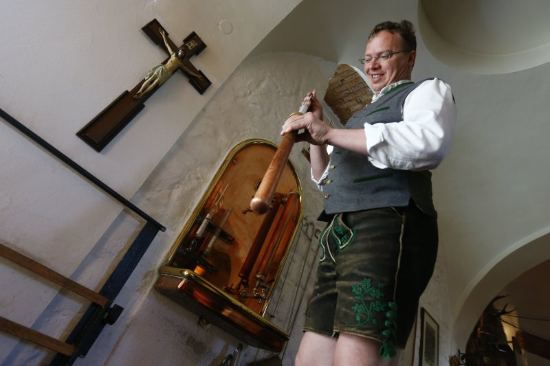 一位德國啤酒的釀酒師正在檢視樣本。(美聯社)