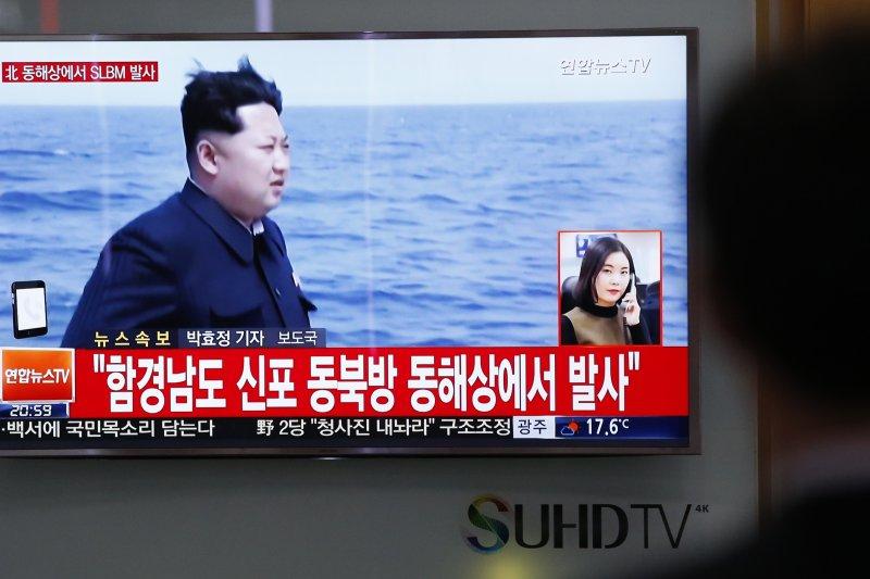 北韓近年積極研發潛射彈道飛彈,最高領導人金正恩曾親自視察(美聯社)
