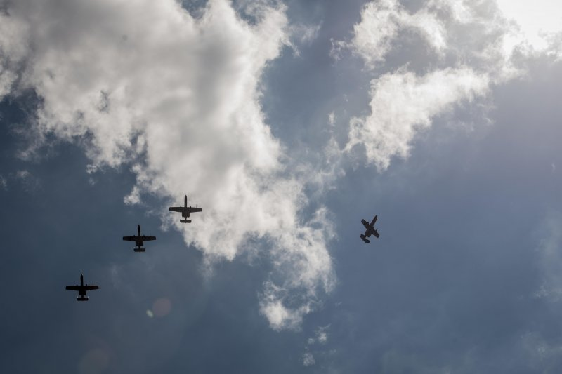 美國空軍戰機與直昇機日前飛越中國聲稱擁有主權並實際控制的黃岩島上空。(美國空軍)