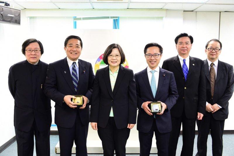 日本民進黨眾議員25日拜會台灣民進黨主席、總統當選人蔡英文。(民進黨提供)