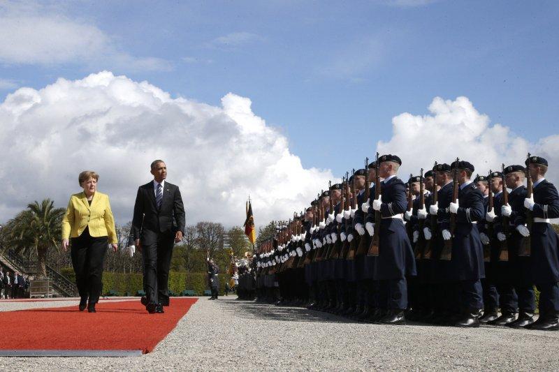 歐巴馬在梅克爾的陪同下檢閱儀仗隊。(美聯社)