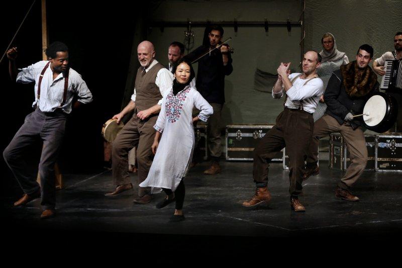 環球劇院劇團在伊朗首都德黑蘭演出莎劇《哈姆雷特》(美聯社)