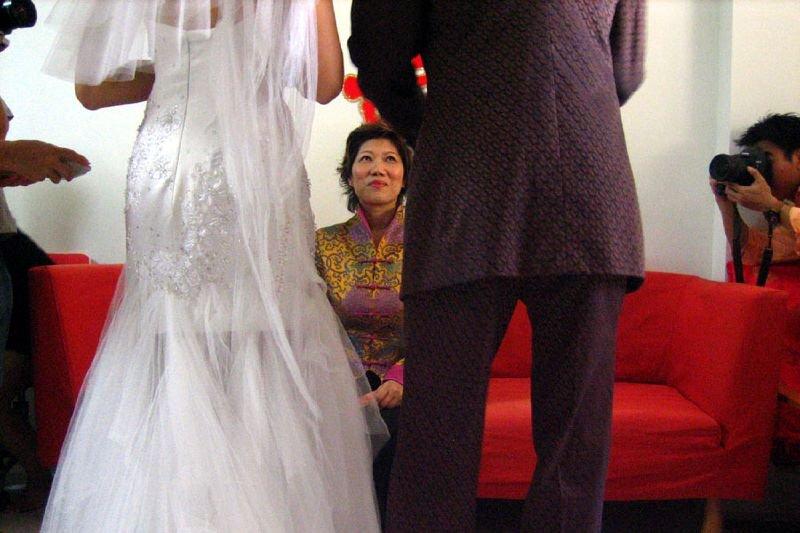 在華人社會裡,時常可以見到長輩挑剔晚輩喜歡的對象,提到自己的兒女如同珍寶,但說到對方的兒女,就如同稻草。(圖/Abigael Tay@flickr)