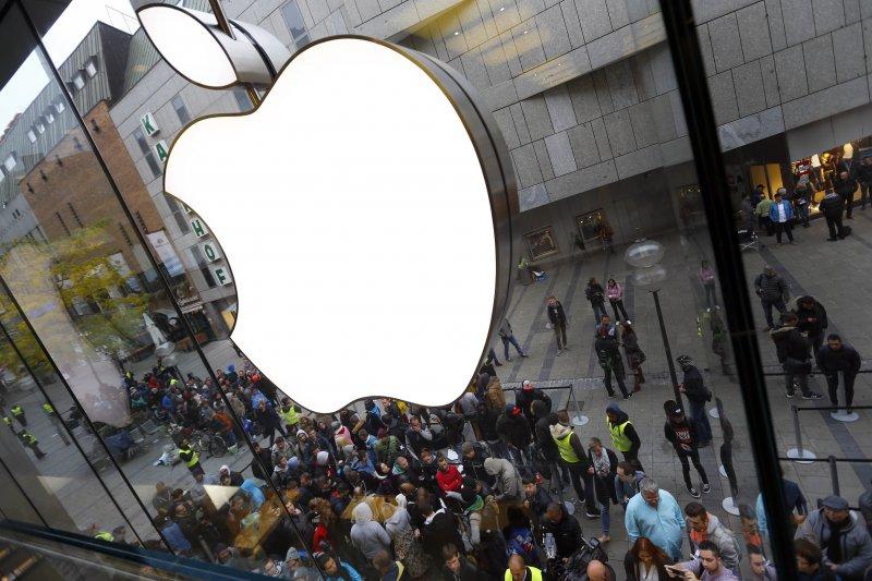 在一片看衰蘋果的聲浪下,股神巴菲特逆勢而行增持蘋果,手上現擁有市值達14.6億美元的蘋果股票。(美聯社)