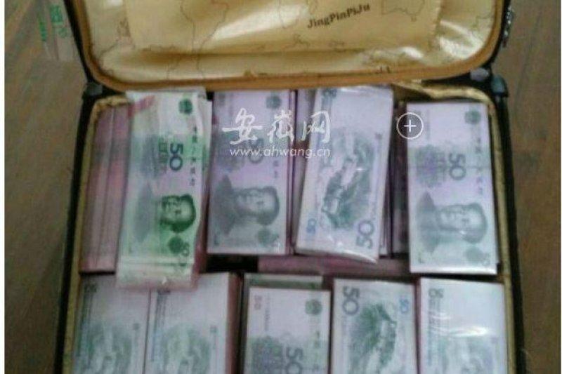 中國大陸安徽有2女想買偽鈔發財,卻發現買回來的假鈔品質太差,根本花不出去,其中一人向警方報案。(圖/截自安徽網網頁)