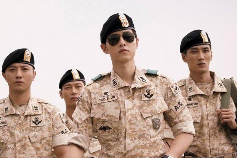 在男人的眼中,軍事風格是一種夢想,存在著一種優越感。(圖/擷取自《太陽的後裔》網路劇照)