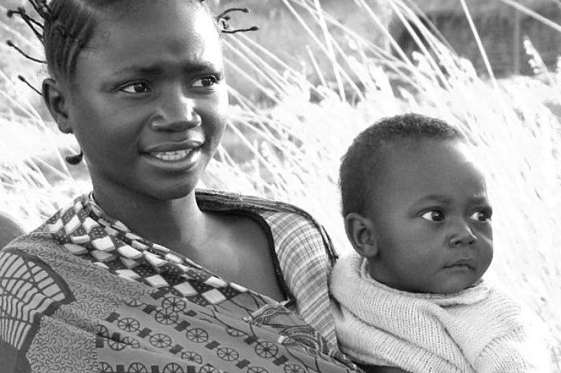 抱著小孩的剛果部落女子。(取自flickr)