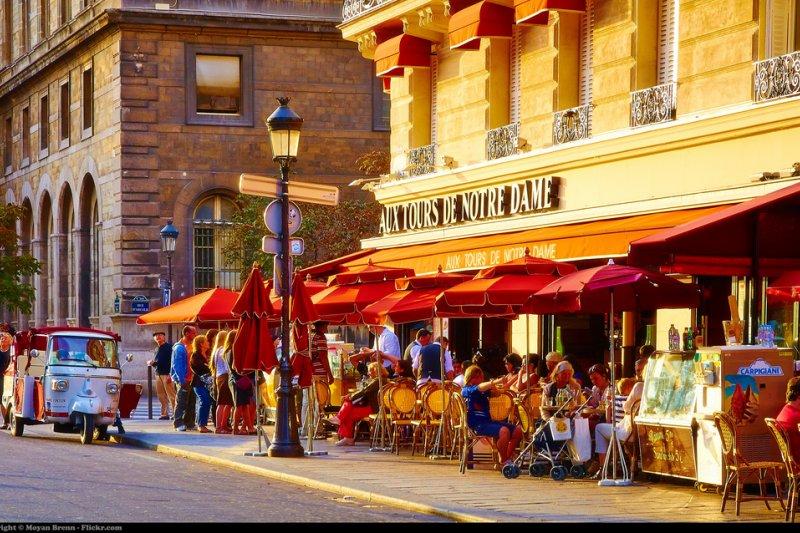 作者生活中的巴黎,並沒有一般人臆想的露天咖啡座、貴婦精品店或下午茶,如果要說巴黎最浪漫的去處,就非電影院和圖書館莫屬吧。(圖/Moyan Brenn@Flickr)