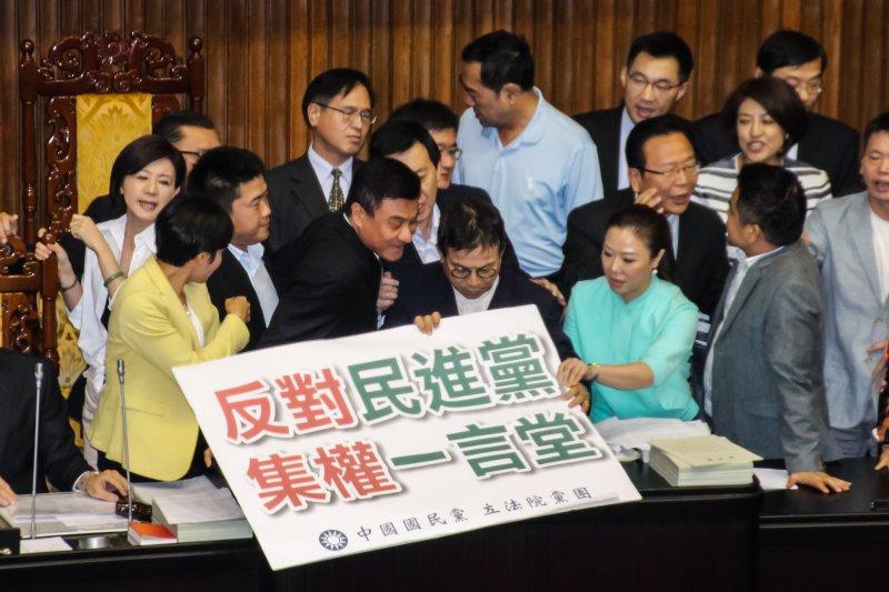 國民黨立委霸佔主席台,院長蘇嘉全被擠開。(王德為攝)
