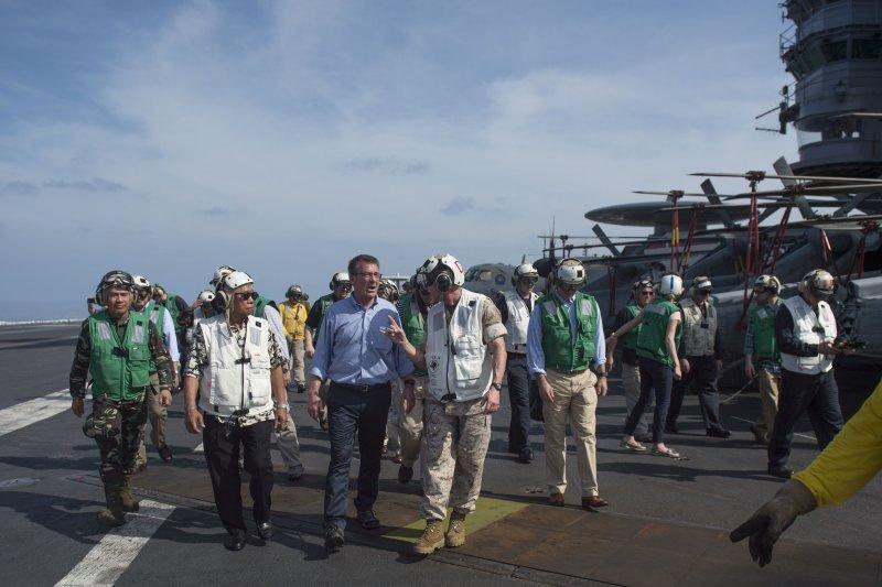 美國防長卡特與菲國防長卡茲敏在史坦尼斯號上視察,當時史坦尼斯號正在南海巡弋。(美國海軍官網)
