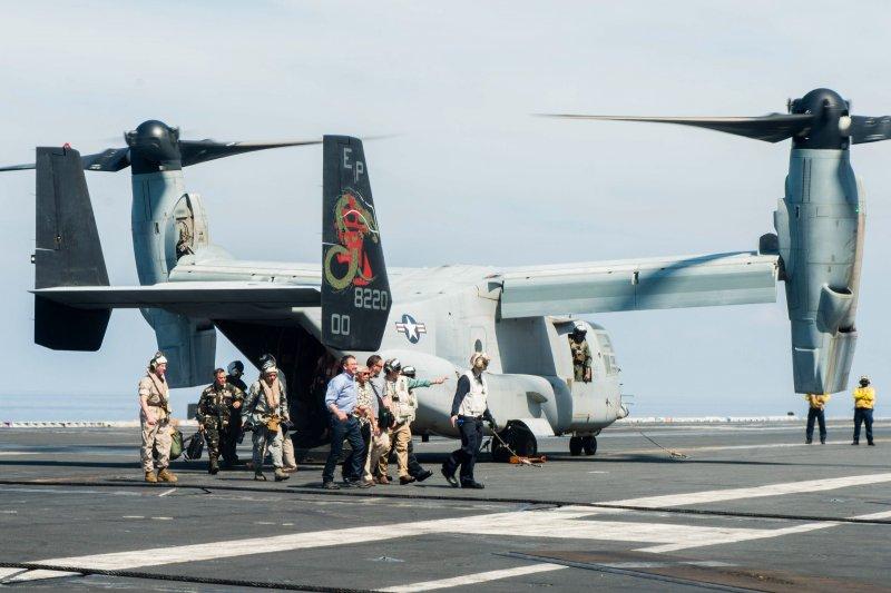 美國防長卡特與菲國防長卡茲敏搭乘V-22降落史坦尼茲號航空母艦。(美國海軍官網)