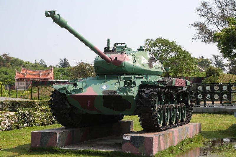 金門古寧頭和平紀念園區內展示的戰車。(顏麟宇攝)