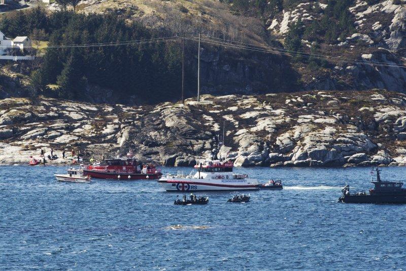 挪威緊急搜救隊員前往直昇機事故地點救援(美聯社)