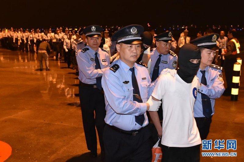 4月30日,97名電信詐騙犯罪嫌疑人(中國65人,台灣32人)被押解回中國。(新華社)