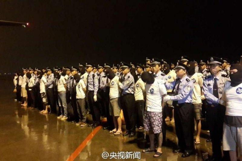 圖為資料照。2016年廣州白雲國際機場,97名電信詐騙犯罪嫌疑人(中國65人,台灣32人)被押解回中國。(取自網路)