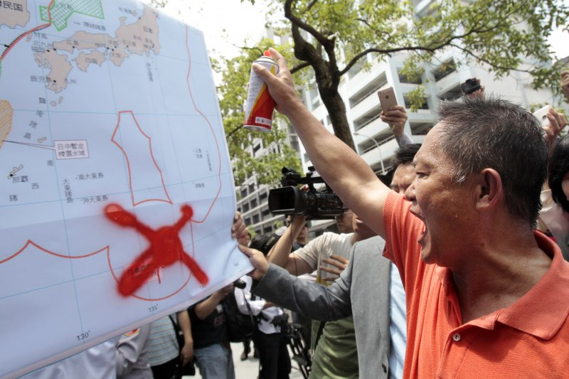 我漁船「東聖吉16號」在「沖之鳥礁」遭日本違法扣押並強索保證金,漁民到日本交流協會抗議(資料照/美聯社)