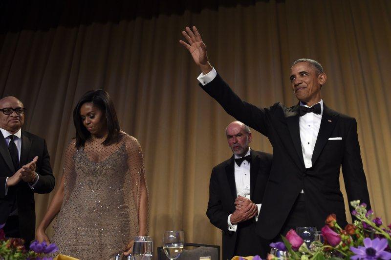 歐巴馬起身揮手,正式告別白宮記者晚宴。(美聯社)