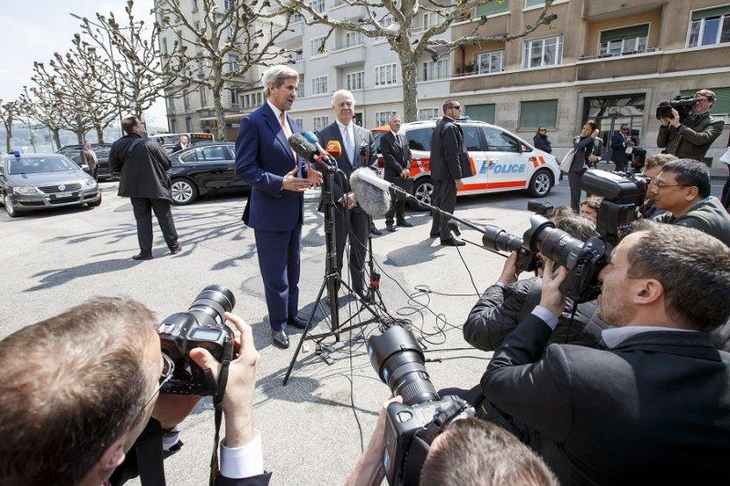 美國國務卿凱瑞(左)及聯合國敘利亞特使米斯圖拉(Staffan de Mistura)(右)(美聯社)