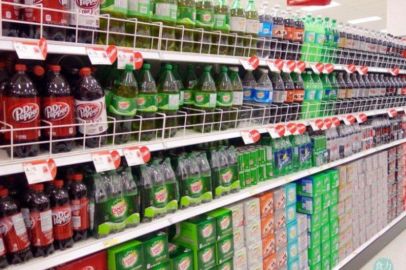 英國將在2018年起針對汽水課徵糖稅,期望透過此方法解決孩童過重問題。(圖/食力提供)
