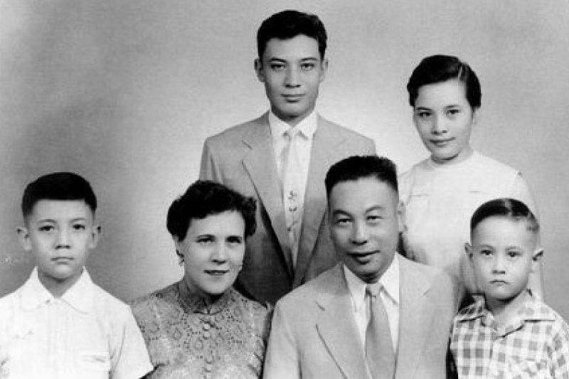 蔣經國日記記載許多他對妻兒、家庭的「家事」感懷。圖為蔣家1950年全家福,(後排左起)蔣孝文、蔣孝章、(前排左起)蔣孝武、蔣方良、蔣經國、蔣孝勇。(資料照,取自維基)