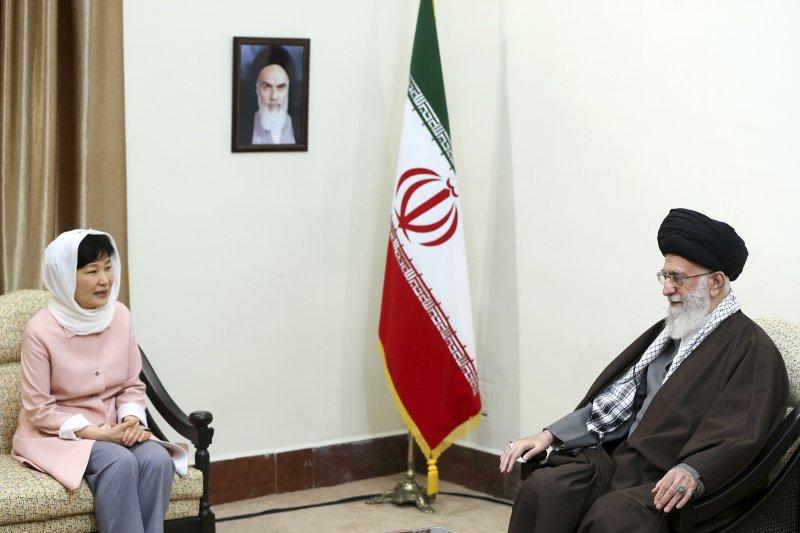 南韓總統朴槿惠與伊朗最高領導人哈米尼會晤。(美聯社)